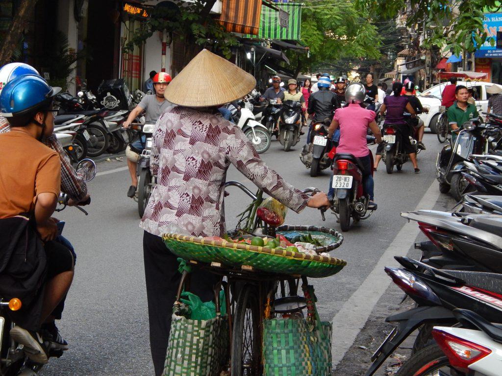 Le caotiche stradine di Hanoi