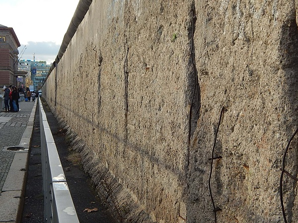 I resti del Muro di Berlino davanti la Topografia del terrore