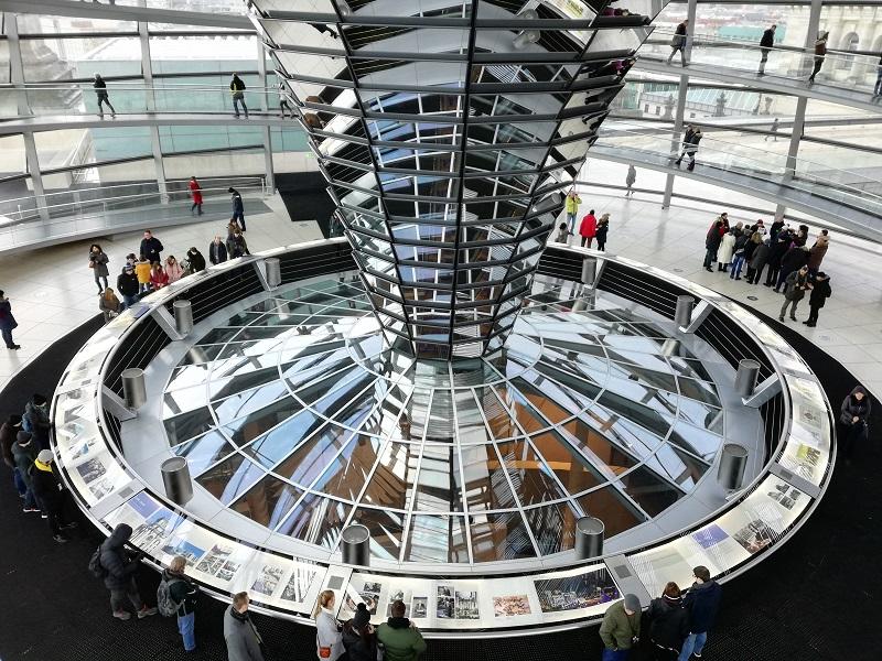 L'interno della cupola del Bundestag di Berlino