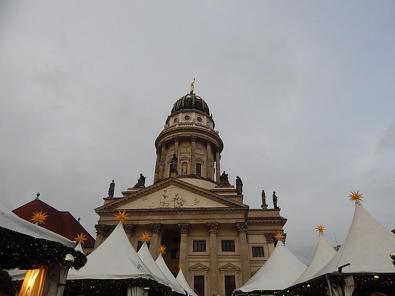 La piazza dove si svolge il GedarmenMarkt a Berlino