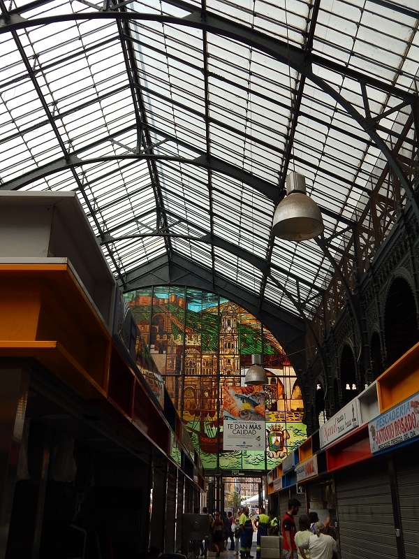 Mercato coperto in Spagna - Dettagli interni dell'arco del mercato di Malaga