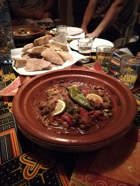 Cena tipica a base di tajine kefta in Marocco