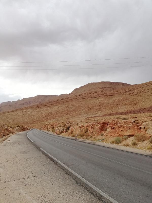 Il paesaggio roccioso sulla strada verso il deserto del Sahara