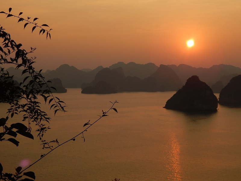 Il tramonto ad Halong Bay in Vietnam