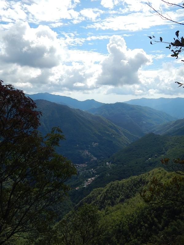 I panorami sulla valle sottostante lungo il sentiero