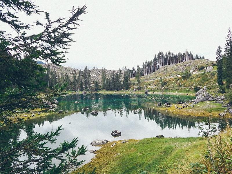Il Lago di Carezza e la Foresta dei Violini sullo sfondo