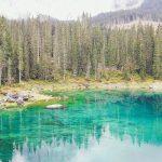 La leggenda del Lago di Carezza: un dipinto incastonato tra le Dolomiti